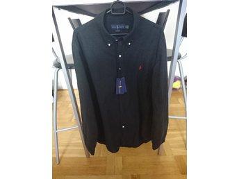 Javascript är inaktiverat. - Hjo - En helt ny Ralph Lauren skjorta i storlek XL slim (sitter en aning tajtare mot kroppen) endast testad och alla lapparna är kvar. Inköpt på Johnells för 1300 Kronor. - Hjo