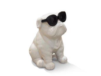 Javascript är inaktiverat. - Malmö - Vit keramikhund med svarta solglasögon. En tuff och rolig inredningsdetalj till ditt hem. Hunden har måtten 14 x 19 cm Fler i lager, kontakta mig om fler än en önskas Samfraktar. Maxfrakt 59 kr - Malmö
