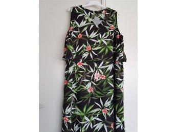 Javascript är inaktiverat. - örebro - Lång klänning i vacker blommönstrad Cellbes,storlek:54/56 Längd - 140cm Bredd från armhåla till armhåla - 66/68cm Storlek.54/56 100% viscose Oanvänt Samfrakt - örebro