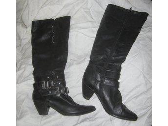 Fräsiga svarta höga stövlar med klack läder och metall stl 38