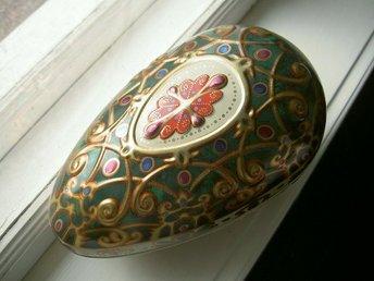 Javascript är inaktiverat. - Arlöv - Så vackert ornamenterat påskägg i fantastiska nyanser i grönt och vintageguld i Fabergestil.....så fint.Underbart reliefmönster....Storlek ca 25 cm.Delbart dock trögt att öppna..Helt i plåt och i mycket fint skick. Har flera stycken i ol - Arlöv