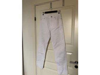 Javascript är inaktiverat. - Stockholm - Benetton vita jeans med hög midja Superfina vita jeans från Benetton. Klassisk 5-ficksmodell med hög midja och lätt avsmalnande ben och hällor i midjan. Passar till allt och så trendiga vår och sommar 2018 - gärna i kombination med en  - Stockholm