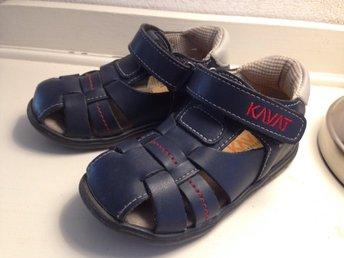 Javascript är inaktiverat. - Stenungsund - Kavat sandaler strl23, innermått ca 14,1cm. Jättefint skick! Se bilder, inget skav men lite mörkare inuti. OBS! Djur och rökfritt hemsamfraktar mer än gärna så Se gärna mina övriga auktioner. Skulle du vinna fler auktioner så hörs - Stenungsund