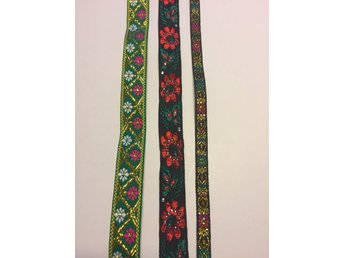 2,2 meter band, nytt - Mora - Enligt bild 0,84 meter grönt band, 23 mm bredd 0,38 meter svart med röda blommor, 23 mm bredd 0,98 meter svart, 10 mm bred se mina andra auktioner för samfrakt välkommen med bud - Mora