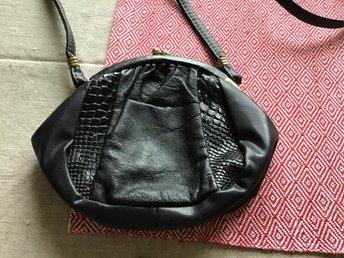 Köp liten svart Perstorpsväska | handväska | Broarne.se