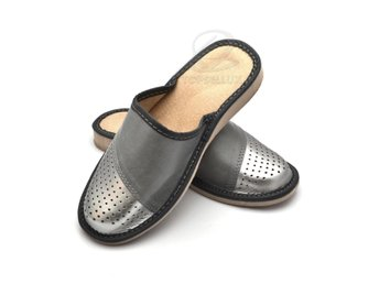 Nya SILVER damskor sandaler tofflor kilklack dam skor toffel inneskor strl 38 - Czechowice-dziedzice - Mysiga härlig silver / grå sandal av mjuk skinnimitation och flexibel sula.Storlek 38Vi har även andra storlekar: 35, 36, 37, 38, 39, 40, 41För damer / kvinnor.Stängning: slip in / slide,Ovansida: SkinnimitationFoder: ÄKTA LAD - Czechowice-dziedzice