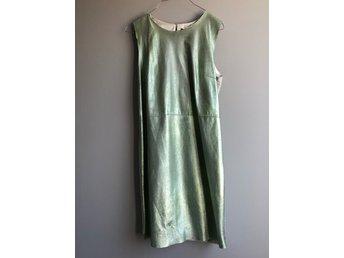 Javascript är inaktiverat. - Värmdö - Säljer denna underbara klänning i skinn och siden från Tiger of Sweden som är helt oanvänd med lapparna kvar. Klänningen är i ett mintgrönt skinn framtill och siden baktill. Klänningen har gått upp ca 1-2 cm i sömmen i sidan men det  - Värmdö
