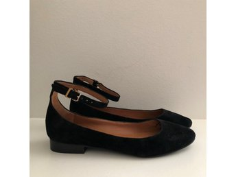 Svart Flats Ballerinas ankel strap suede Other Stories