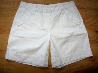 Javascript är inaktiverat. - Umeå - Helt oanvända/nya snygga vita shorts till sommaren ! 100% bomull i slitstark kvalite Motsvarar stl 40 , se mått för egen bedömning midja 40-42 cm x 2 stuss ca 53-54cmx 2 längd ca 44cm - Umeå