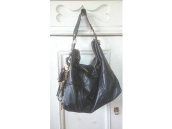 Javascript är inaktiverat. - Hörby - Äkta Juicy Couture handväska i mjukt svart skinn, ficka med dragkedja inuti väskan. samt två fack. Juicy Couture spegel i väska. Kostade över 2000kr i inköp, bra använt skick. Original rosa försvaringspåse följer med. Höjd 32cm Bredd  - Hörby