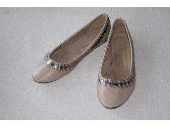 Skor ballerina ljusbruna / beige utsmyckade storlek 42/43 - Båstad - Skor ballerina ljusbruna / beige utsmyckade storlek 42/43 - Båstad