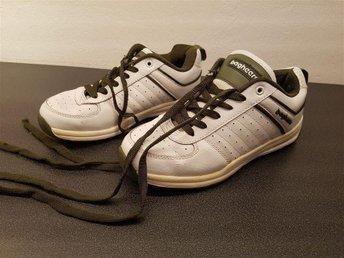 Javascript är inaktiverat. - Deje - Bagheera skor storlek 36!! Sparsamt använda finns några märken/sprickor. Försökt fått med skavankerna på bild. Har stor rensning hemma!! Så vi kommer sälja av en hel massa saker!! Bland annat massor av damkläder i varierande storlek!! Bar - Deje