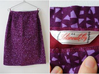 Javascript är inaktiverat. - Enskede - I ship worldwide! Contact me if you have any questions. Vacker, Viola Gråsten inspirerad kjol från finska Sataneule. Sataneule tillverkade lite festligare kläder på 60- och 70-talet. Kjolen är tillverkad av Tampellas vackra bomullssatin. Kj - Enskede