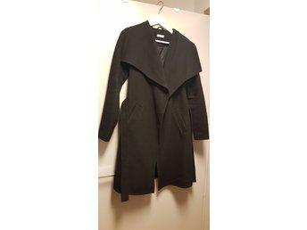 Stilren höstvinter svart kappajacka från Jacqueline de Yong, stl XS