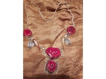 Javascript är inaktiverat. - Borås - ***Utförsäljning av min smyckesamling! Jag säljer det till ett billigt pris till er som är riktiga älskare av smycken! Ett snyggt NYTT 925 stämplat filigransilver halsband för alla tider! Äkta 4 ST KVARTSINNESLUTNA AGATER i ROSA/BABYROSA  - Borås