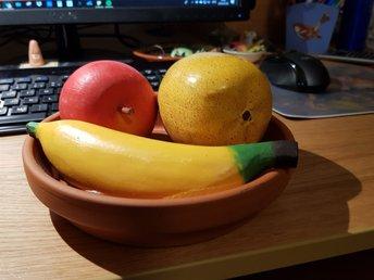"""Javascript är inaktiverat. - örebro - Dekorativ """"fruktskål"""", terrakottafat med konstfrukter. Fatet är 17,5 cm i diameter, glaserat inuti. Frukterna är mellan 8 och 17 cm.Både Schenker och Postnord har höjt fraktpriserna från årsskiftet. Om du köper fler varor från mig så s - örebro"""
