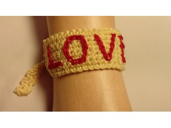 Virkat armband med text LOVE