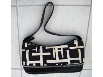 Javascript är inaktiverat. - Stockholm - Original & Authentic Tommy Hillfiger shoulder bag with black and white logo prints. Material: Textile/Leather Condition: Used, It is quite dirty but in good condition; see all photos for details. A dry cleaner might be able to clean the dirt. - Stockholm