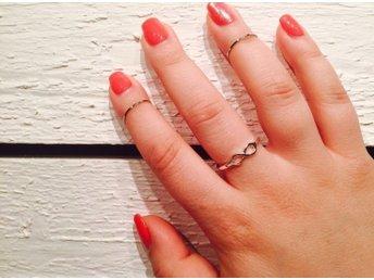 Ny ring, falang ring, silver färg, små 1 ring - Västerås - Fin och modern ring för finger falanger. Silver färg. Helt ny och oanvänd. 1 Auktion=1 ringPassa på och kolla andra auktioner här: http://www.tradera.com/profile/items/4452899/littlebeautythings Betalning Swish, Kontoöverföring eller P - Västerås