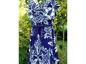 vit klänning med blå blommor