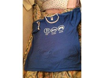 Blå T-shirt med vitt tryck storlek XL - Boda Kyrkby - Blå T-shirt med vitt tryck storlek XL - Boda Kyrkby