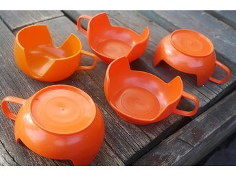 Mugghållare i retro orange plast . fem st