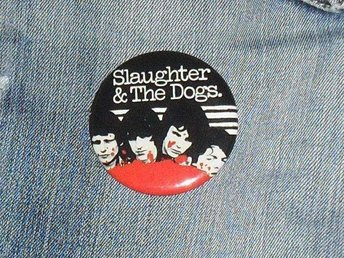 SLAUGHTER & DOGS - Stor Button-Badge / Pin / Knapp (Punk, 77, Sex Pistols,) - Falkenberg - SLAUGHTER & DOGS - Stor Button-Badge / Pin / Knapp (Punk, 77, Sex Pistols,) - Falkenberg