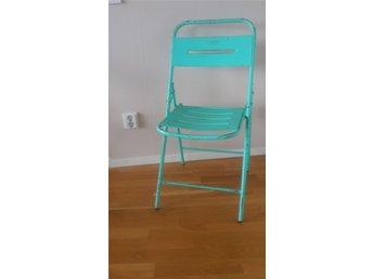 Vintage Indisk Bröllops klaff stol i plåt - Nacka - Vintage Klaff stol i plåt från Indien, användes vid stora bröllop eller fester. Matt lack i light turqouise. Höjd 88cm vid rygg, 43 cm bred, sitthöjd 44 cm - Nacka