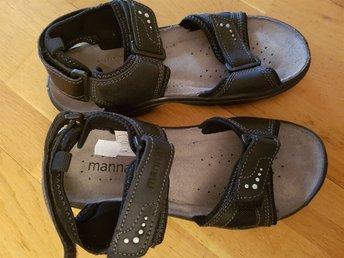Javascript är inaktiverat. - Stockaryd - Helt nya kvalitét sandaler från märket Manna.Nypris 499 kr.Samfraktar för billigare frakt - Stockaryd