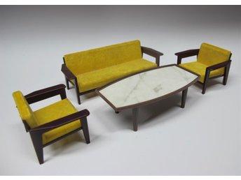 Vardagsrum Retro : Vardagsrum plast gul velour delar soffgrupp retro dockskåp på