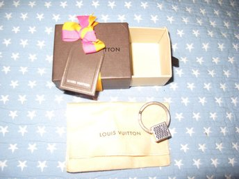 Louis Vuitton nyckel ring inkl dustbag och lada,giftcard och rosett. Anvand!
