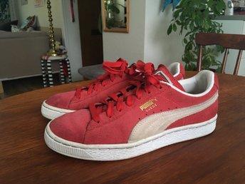 Javascript är inaktiverat. - Göteborg - Säljer ett par röda Puma Suede sneakers i storlek 38,5, UK 5,5.Innermåttet är 24,5 (se sista bild) och passar en normal 38 perfekt då denna sko är lite mindre i storleken.Org pris: 799kr (köpta på rea för 599kr)Skorna är använda und - Göteborg