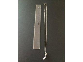 Javascript är inaktiverat. - Stenungsund - Silver pläterat halsband i form av en klacksko med stämpel på kedjelåset. Ingen stämpel på hänget. Syntetiska ljusblåa stenar. Bra skick. Köpt på Malta. - Stenungsund