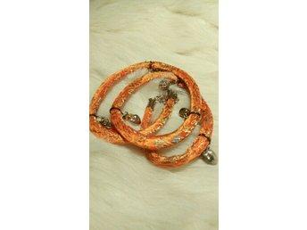 Annorlunda Armband - Piteå - Fint orange armband med berlocker. Se bilder. - Piteå