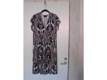 WILLIAM Invité Tailissime - Vacker mönstrad klänning - Knäkort (40-42) - NY - Malmö - WILLIAM Invité Tailissime - Vacker mönstrad klänning - Knäkort (40-42) - NY - Malmö
