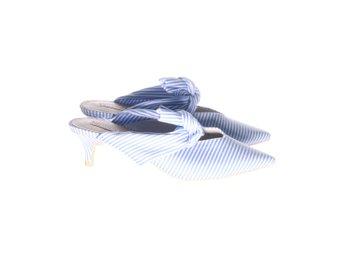 Javascript är inaktiverat. - Stockholm - NLY Shoes, Sandaletter, Strl: 36, Färg: Blå, Vit, Klackhöjd i cm: 6Varan är i fint begagnat skick. Skick: Varan säljs i befintligt skick och endast det som syns på bilderna ingår om ej annat anges. Vi värderar samtliga varor och ger do - Stockholm