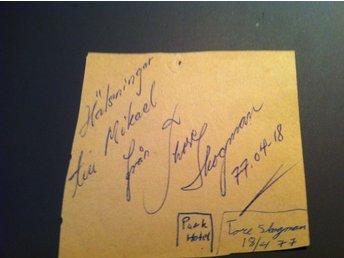 Tore Skogman legendaren,Autograf från 1977, äkta i plastfodral,en ägare. - Smögen - Personlig hälsning från Tore Skogman till mej från 1977. Original orörd, en ägare. I plastfodral. En unik handskriven hälsning säljes nu till högstbjudande.. Efter 40 år så hittade jag denna personliga hälsning, i en byrålåda. Jag s - Smögen