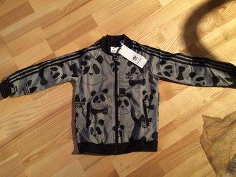 Mini Rodini Adidas track suit strl 116 Pandidas - Stockholm - Mini Rodini Adidas track suit strl 116 Pandidas - Stockholm