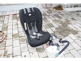 Javascript är inaktiverat. - Spånga - Britax Two-Way bilbarnstol som vi har varit mycket nöjda med. Typgodkänd för 9 - 25 kg bakåtvänd och 15 - 25 kg framåtvänd. Manual och två remmar medföljer. Kan monteras i fram- eller baksäte. Vi tycker den är lättare att knäppa än - Spånga