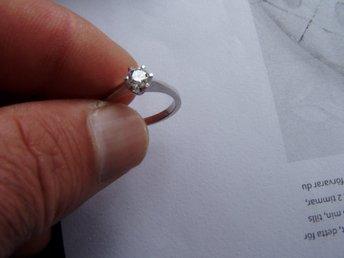 Javascript är inaktiverat. - Linköping - Ring i 18k med en äkta diamant 0,30 ct WSi.Storleken är ca 17,5.Vikt: ca 3,5 g Betalningen sker inom 3 dagar efter avslutad auktion - Linköping