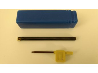 Javascript är inaktiverat. - ödåkra - Ny Innerbom med ett vändskär. Inklusive Torxnyckel allt ligger i en förvaringsbox av plast. Skaft mått: Längd: 125 mm Bredd: 8 mm Beteckning: S07K-SCLCR06 Vändskär: SECO eller Mitsubishi (Samma kvalitet) Beteckning: CCMT060204 Se alla 4  - ödåkra