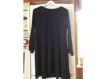 dc0dca5f371e Svart, plisserad klänning storlek 44/46 (344111100) ᐈ Köp på Tradera