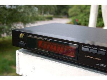 Sansui TU-X 301i --- fina analog tuner --- bra skick --- bra mottagning --- - älghult - TU-X301i digital quartz-pll analog tuner, 30 random preset, station call memory system, direct tuning. Bra skick. Teknik: Hersteller: Sansui Modell: TU-X301 i Baujahre: 1989-90 Hergestellt in: Japan; Farbe: schwarz; Fernbedienung: Leistungsaufn - älghult