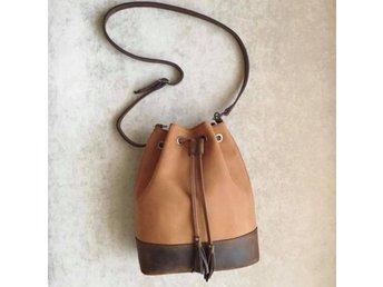 Javascript är inaktiverat. - Veddige - Handgjord väska i äkta läder. Extremt stryktålig, trendsäker och oerhört praktisk. Helt oanvänd - nyproducerad. - Veddige