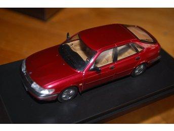 SAAB 900 V6 1994-1:43 - Skurup - SAAB 900 V6 1994 I SKALA 1:43-BILEN ÄR BORDEUX METALIC MED BEIGE INREDNING MODELLEN I NYSKICK I ORIGINALASK -TILLVERKAD AV PREMIUM X SKICKAs SPÅRBART FÖR 53 KR BETALNING INOM 3 DAGAR - Skurup