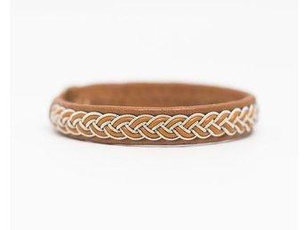 17,5 cm långt tenntrådsarmband/samearmband i ljusbrunt skinn - Norrtälje - 17,5 cm långt tenntrådsarmband/samearmband i ljusbrunt skinn - Norrtälje