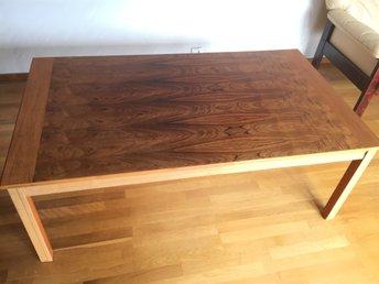 Javascript är inaktiverat. - Sollentuna - Två bord med mått Längd:140cm Bredd:80cm. Höjd: 52cm. Bord (fyrkantigt) 70+70cm Höjd:45cm - Sollentuna