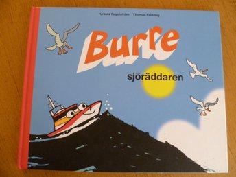 BURRE - Sjöräddaren (2005) (båt fartyg skepp) - Bromölla - Burre - Sjöräddaren av Ursula Fogelström och Thomas Fröhling. - Handlar om den lille sjöräddningsbåten på olika uppdrag. Utgiven av Sjöräddningssällskapet. Inbunden, tryckår 2005. 34 sidor. Storlek 22 x 27 cm. Vikt ca 430g. OBS! L