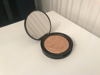 Anastasia so Hollywood highlighter slutsåld