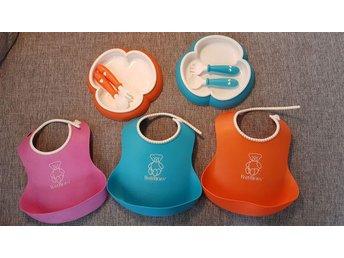 BABY BJÖRN Baby matset. Haklappar, tallrik o bestick - älvsjö - BABY BJÖRN Baby matset. Haklappar, tallrik o bestick - älvsjö